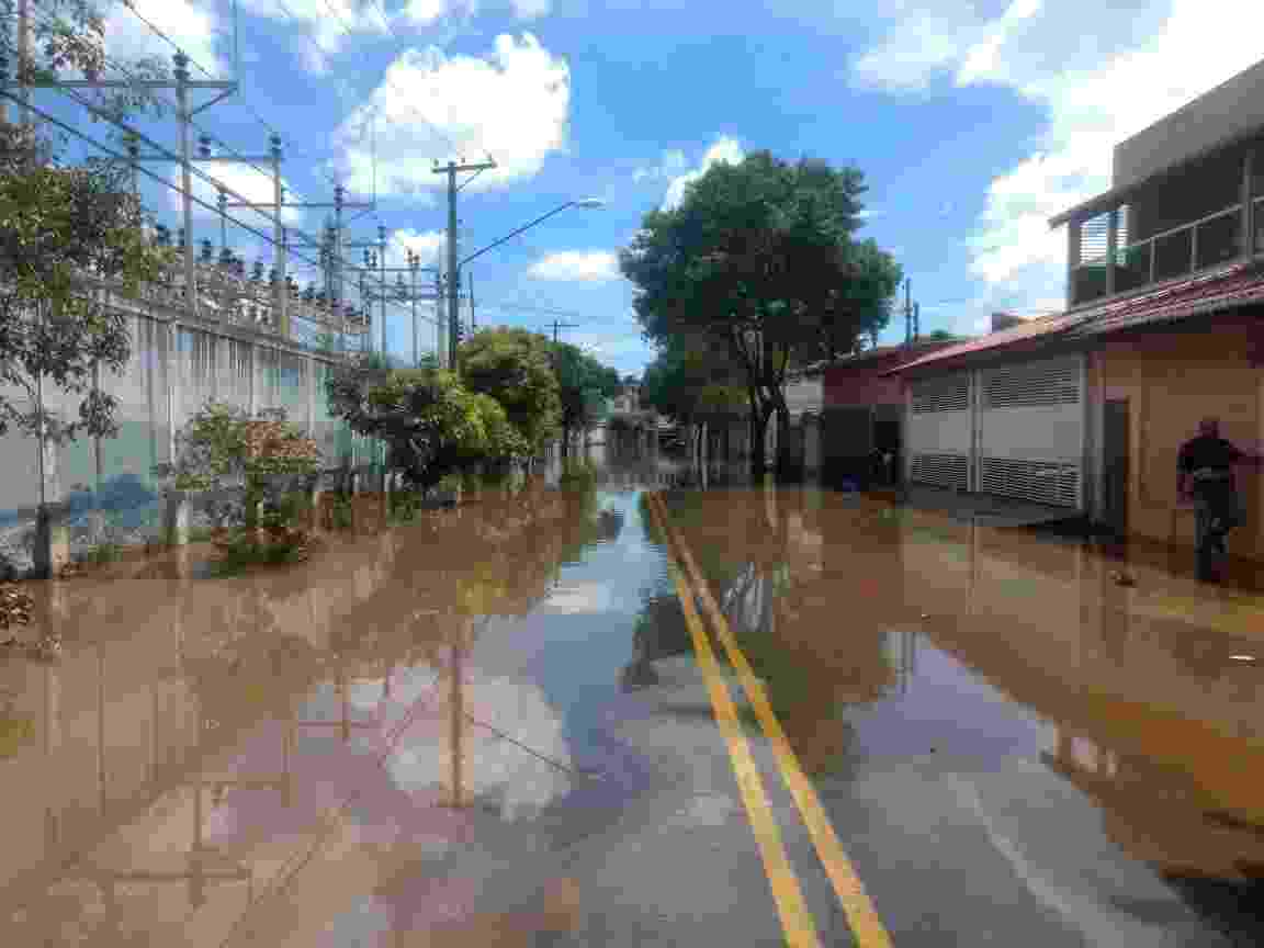 12.mar.2019 - Rua ainda está alagada em São Bernardo mais de 30 horas após chuvas - Talita Marchao/UOL