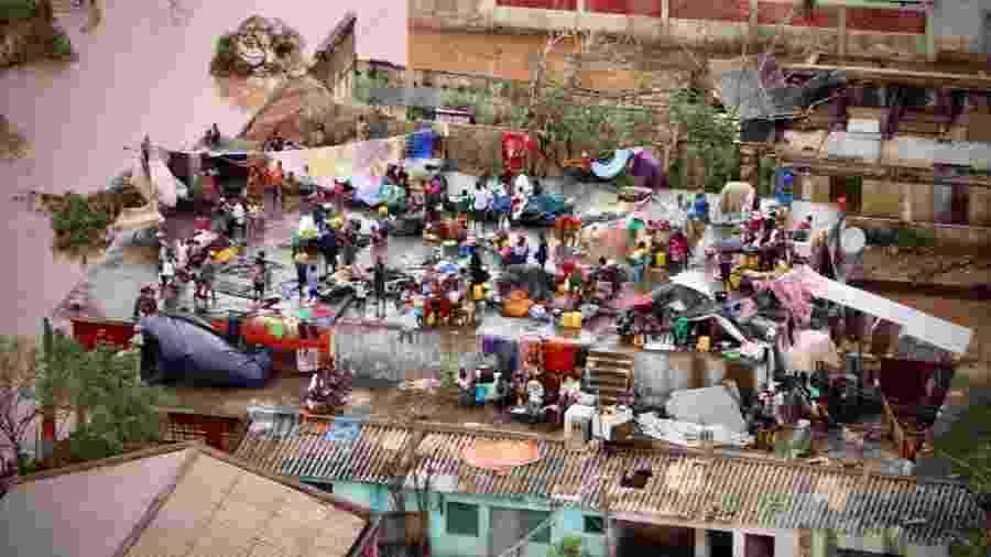 20.mar.2019 - Pessoas se abrigam na lage de uma casa submersa pelas inundações causadas pelo ciclone Idai em Búzi, Moçambique - Adrien Barbier/AFP