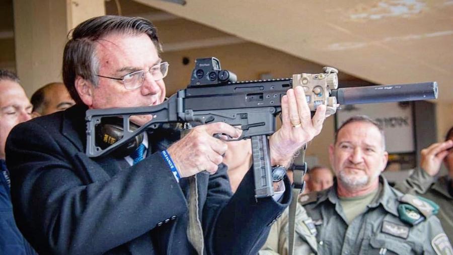 Bolsonaro segura arma em foto publicada por ele em 2019; decretos mais recentes ampliam limite de armas - Reprodução/Instagram