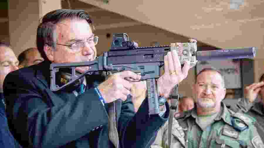 Bolsonaro publica foto com arma e critica desarmamento durante visita a Israel - Reprodução/Instagram