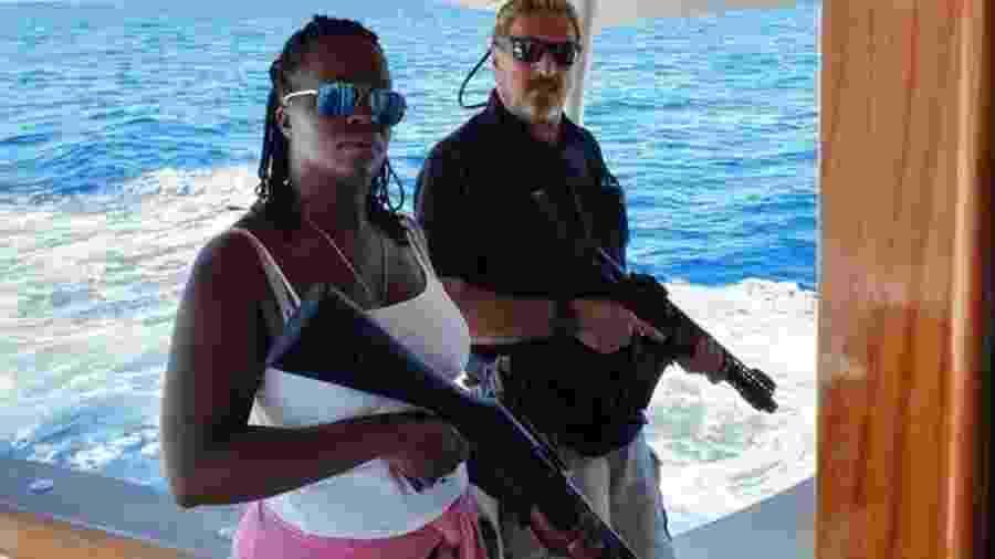 John McAfee postou esta foto com a esposa no Twitter, aparentemente depois de deixar Cuba - TWITTER/@OFFICIALMCAFEE