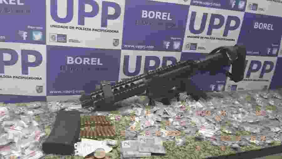 30.jul.2019 - PM apreendeu fuzil em operação no Morro do Borel. Segundo a polícia, a arma pertencia a Rogério Siqueira da Silva, apontado como um dos chefes do tráfico da região - Divulgação/Polícia Militar