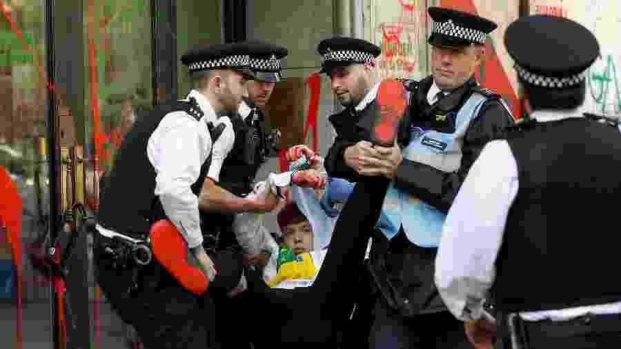 Policiais prendem ativista que jogou tinta na embaixada brasileira em Londres - Peter Nicholls/Reuters