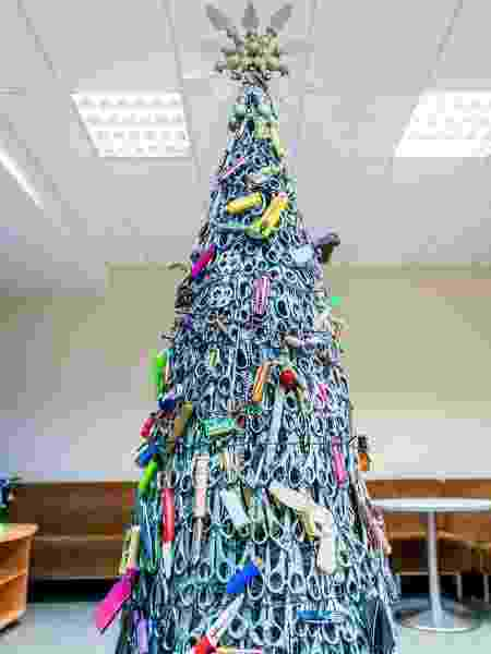 Aeroporto de Vilnius, na Lituânia, cria árvore de Natal só com itens barrados em avião e confiscados de passageiros - Divulgação/Aeroporto de Vilnius