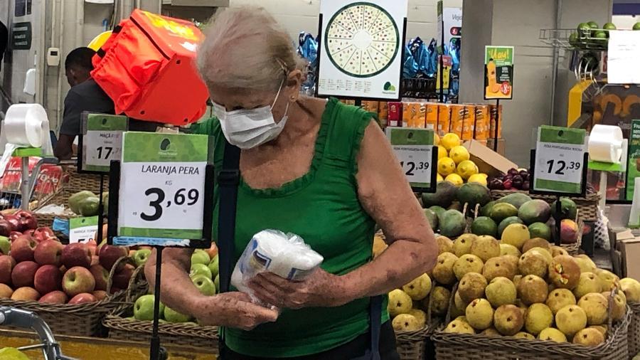 Pessoas usam máscaras para circular em supermercado de Copacabana, na zona sul do Rio - Herculano Barreto Filho/UOL