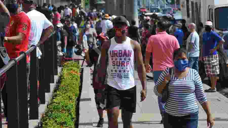 Pessoas caminham em rua de Guaiaquil, no Equador - Jose SANCHEZ / AFP