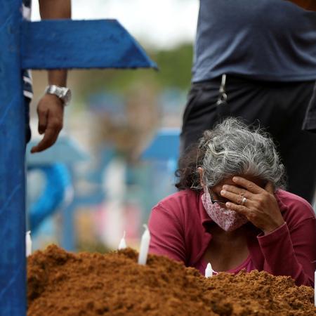 Mulher acompanha enterro coletivo em Manaus - Bruno Kelly/Reuters