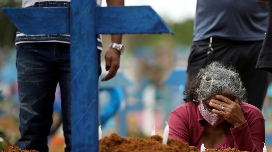 Mulher acompanha enterro coletivo de pessoas em Manaus - BRUNO KELLY/REUTERS