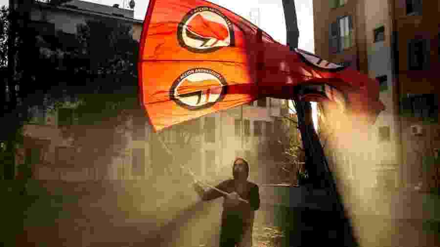 22.fev.2020 - Roma, Itália: manifestante com bandeira antifascista participa de marcha em memória de Valerio Verbano, militante esquerdista morto em 1980 - Ivan Romano/Getty Images)