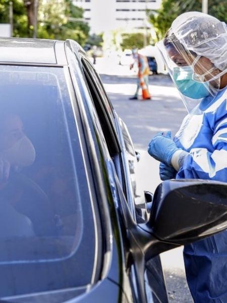 Profissional de saúde faz teste para detectar o coronavírus em motorista no Hospital Geral de Fortaleza - Divulgação/Governo do Ceará