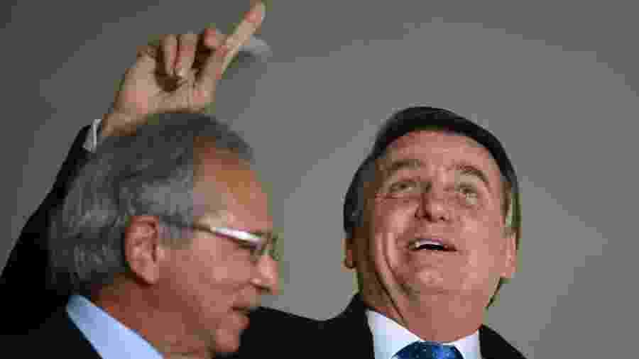 07 out. 2020 - Jair Bolsonaro (sem partido) e Paulo Guedes durante o lançamento do programa Voo Simples - Mateus Bonomi/AGIF - Agência de Fotografia/Estadão Conteúdo