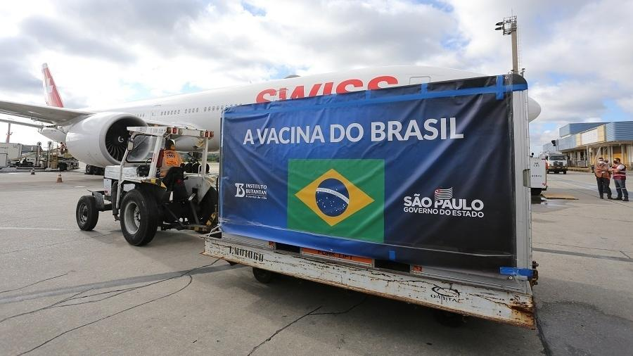 O governador João Doria (PSDB), acompanha a chegada de 1,6 milhão de doses de Coronavac no Aeroporto Internacional de Guarulhos - Divulgação/Governo do Estado de São Paulo