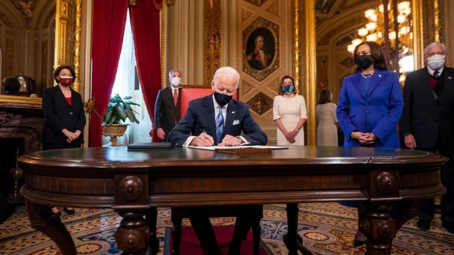20 jan. 2021 - Presidente Joe Biden assina declaração de posse  - Pool/Getty Images