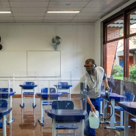 Funcionário faz higienização de sala de aula de escola particular de São Paulo; medida faz parte do protocolo sanitário contra o coronavírus - Daniel Teixeira/Estadão Conteúdo
