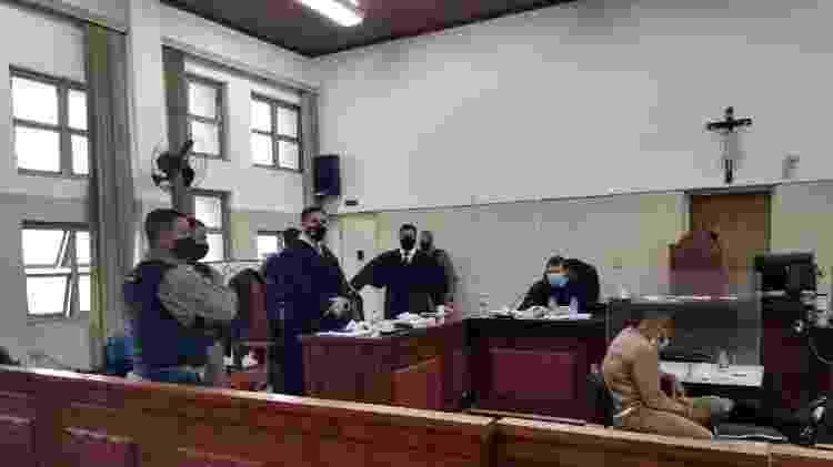 O ex-policial Victor Cristilder, sentado, de muletas, aguarda para ser interrogado no Fórum de Osasco - Divulgação/Tribunal de Justiça de São Paulo - Divulgação/Tribunal de Justiça de São Paulo