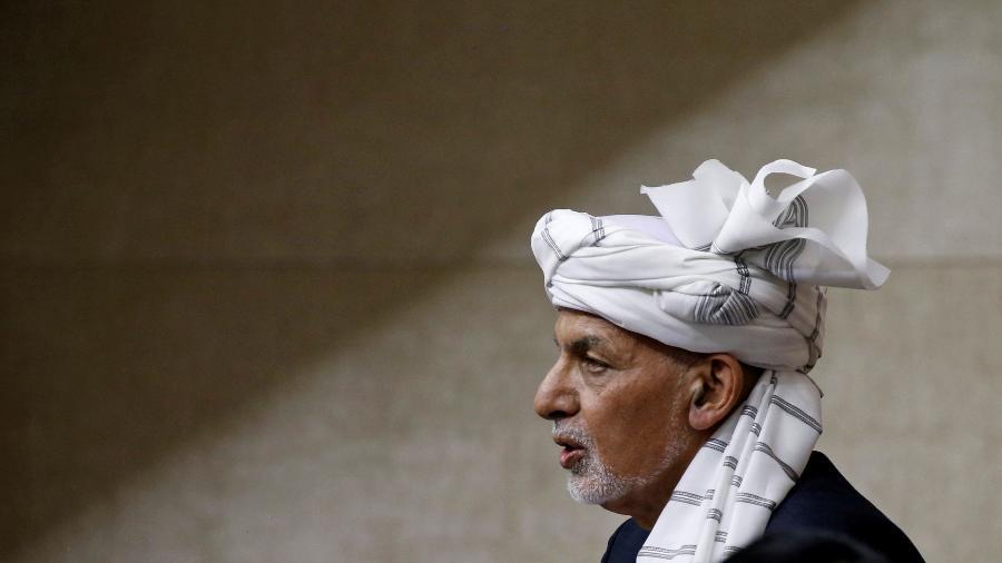 O presidente do Afeganistão, Ashraf Ghani, durante fala ao parlamento em Kabul, em agosto de 2021 - Stringer/Reuters