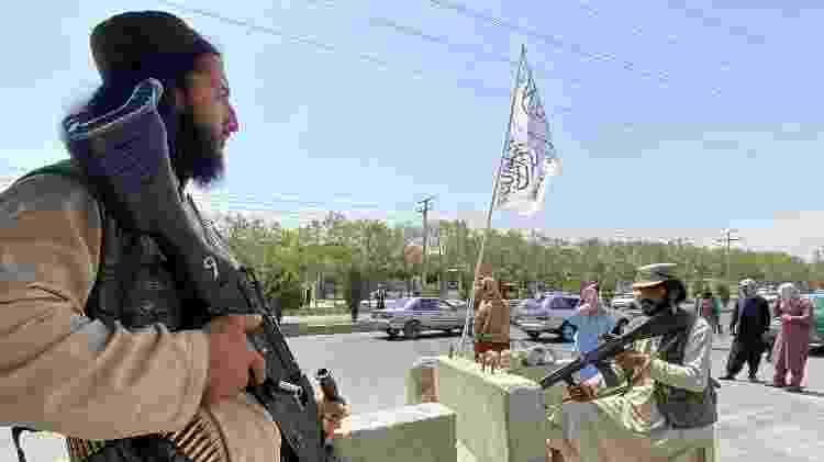 Homens do Taleban guardam entrada do Ministério do Interior, em Cabul - Javed Tanveer/AFP - Javed Tanveer/AFP