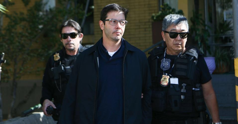 14.ago.2015 - O advogado Alexandre Romano, ex-vereador de Americana (SP) pelo PT, faz exame de corpo de delito no IML de Curitiba (PR). Ele foi preso na 18ª fase da Operação Lava Jato, denominada Pixuleco 2º