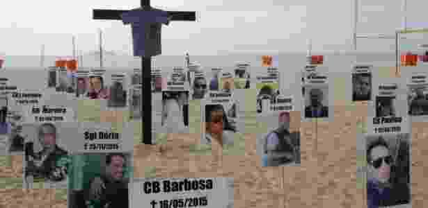 10.dez.2015 - Ato na praia de Copacabana em homenagem aos policiais militares mortos em 2015 - José Lucena/Futura Press/Estadão Conteúdo