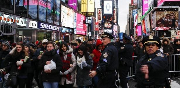 31.dez.2015 - Multidão chega para acompanhar festa de Ano-Novo na Times-Square, em Nova York