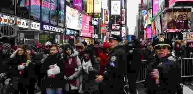 31.dez.2015 - Multidão chega para acompanhar festa de Ano-Novo na Times-Square, em Nova York. Segurança foi reforçada por temor de atos terroristas - Eduardo Munoz Alvarez/Getty Images/AFP - Eduardo Munoz Alvarez/Getty Images/AFP