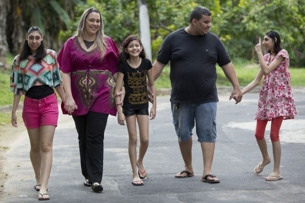 """12.jan.2016 - Mãe de adolescentes com microcefalia ajuda nova geração a desafiar limites. Segundo Viviane, """"novidade"""" da condição das filhas gerou interesse de médicos que as acompanharam"""