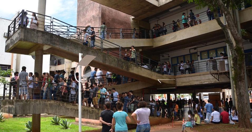 17.jan.2016 - Alunos dirigem-se a salas da Unicamp para realizar o primeiro dia de exames da segunda fase do vestibular da universidade, que tem sede em Campinas, no interior de São Paulo.São esperados 15.848 candidatos para esta etapa do processo seletivo