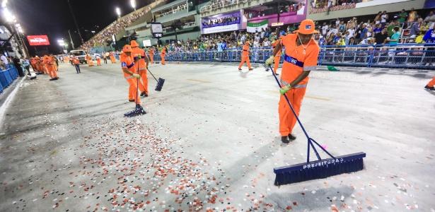 Garis fazem limpeza após desfile de escola de samba no Sambódromo da Marquês de Sapucaí
