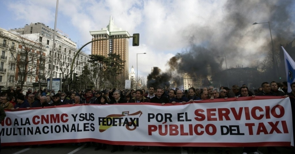 18.fev.2016 - Mais de 1.500 motoristas de táxi de diferentes cidades da Espanha protestam no centro de Madri. Os manifestantes acusam a Comissão Nacional de Mercados e Concorrência de favorecer multinacionais como Uber