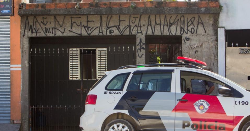 6.mar.2016 - Uma mulher morreu carbonizada após a casa pegar fogo na manhã deste domingo, no Grajaú, zona sul de São Paulo. Os filhos conseguiram sair ilesos. Policiais militares preservam o local