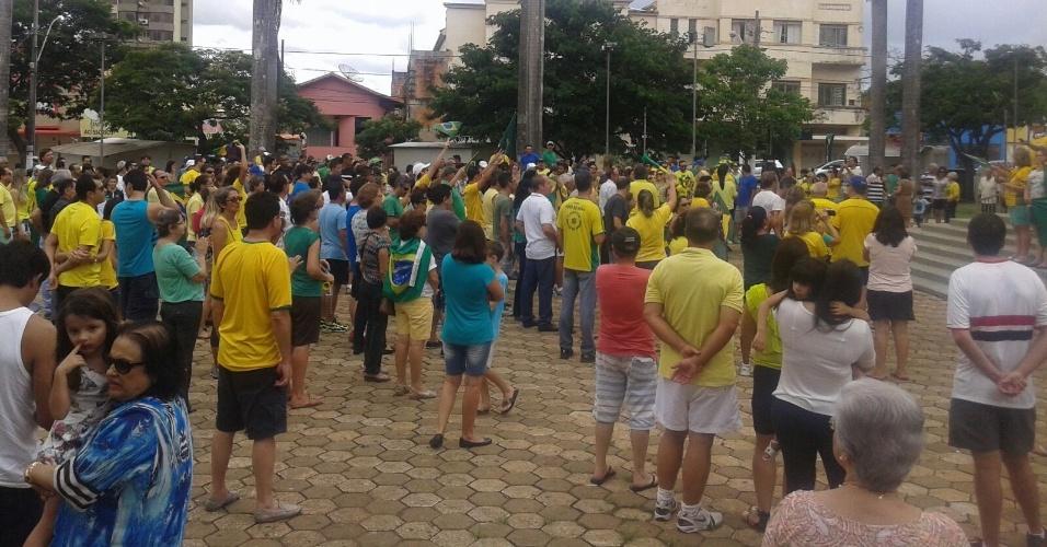 13.mar.2016 - Moradores de Patrocínio (MG) se reúnem em uma praça em ato contra o governo da presidente Dilma Rousseff (PT) neste domingo (13). Os manifestantes pedem o impeachment de Dilma e a prisão do ex-presidente Luiz Inácio Lula da Silva, investigado pela Operação Lava Jato. A foto foi enviada pela internauta Flávia Rabelo para o WhatsApp do UOL Notícias: (11) 95520 5752