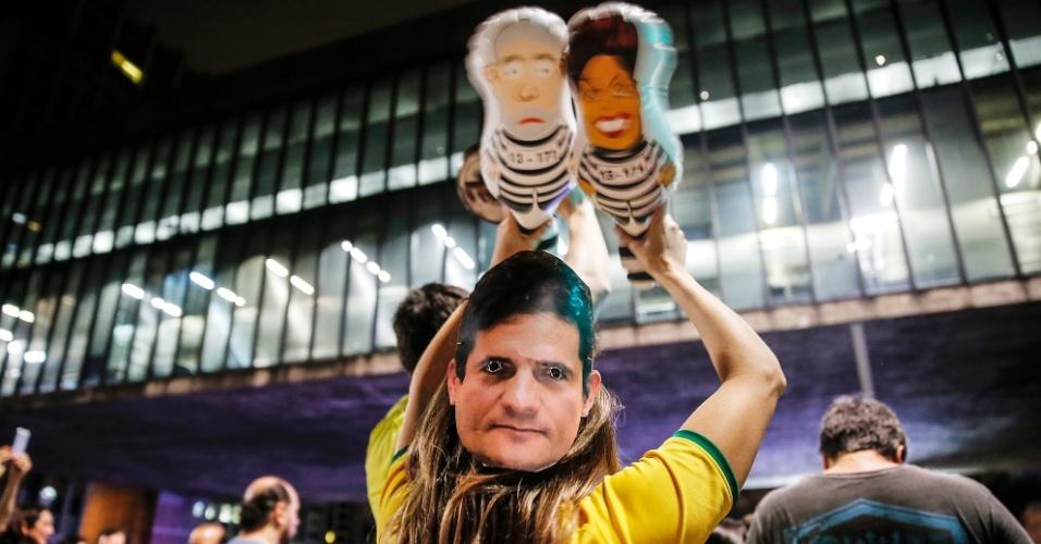 16.mar.2016 - Com pixulecos de Dilma e Lula, além de máscara do juiz Sérgio Moro, manifestante protesta contra o governo na avenida Paulista, em São Paulo