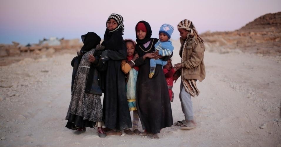 26.mar.2016 - Crianças posam para as lentes da fotógrafa Rawan Shaif, no campo de deslocados em Amran, no Iêmen. Shaif viajou por cidades das áreas controladas pelos houthis no norte do Iêmen, entre outubro de 2015 e fevereiro deste ano, para documentar os efeitos da guerra na população. Há exatamente um ano tinha início os bombardeios da coalizão árabe contra os houthis. Segundo a ONU (Organização das Nações Unidas), 3.218 civis morreram e 5.778 ficaram feridos nos bombardeios