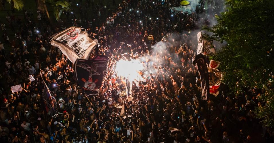 """16.abr.2016 - Integrantes de torcidas organizadas do Corinthians, como a Gaviões da Fiel, realizam protesto no Vale do Anhangabaú, centro de São Paulo. No ato, gritam que """"não vai ter golpe"""", em apoio à presidente Dilma Rousseff. Apesar disso, o foco principal da manifestação é contestar a decisão anunciada pela Secretaria da Segurança Pública de São Paulo, que tornou obrigatória uma torcida única em clássicos até o fim do ano"""