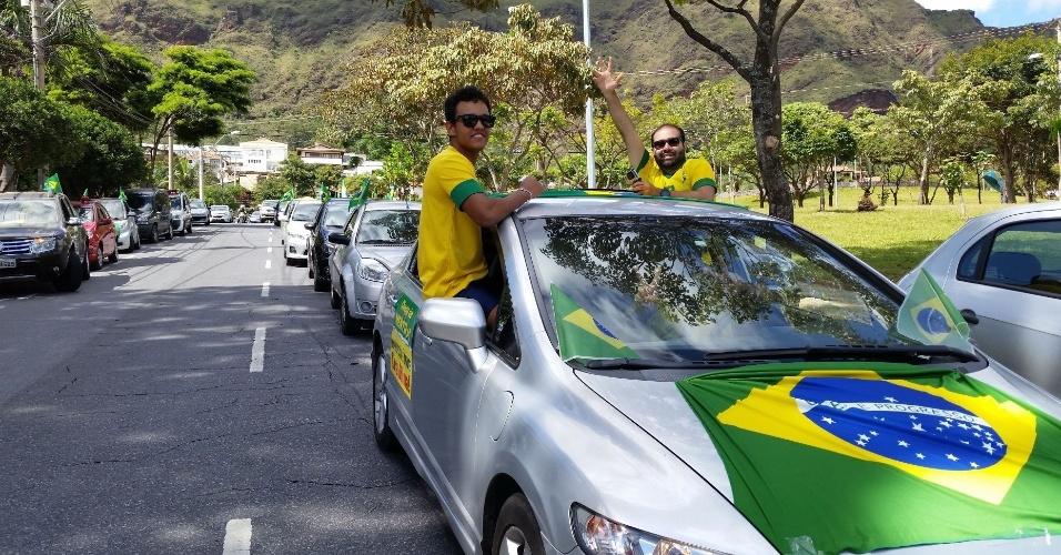 16.abr.2016 - Manifestantes favoráveis ao impeachment da presidente Dilma Rousseff fizeram carreata neste sábado pelas ruas de Belo Horizonte