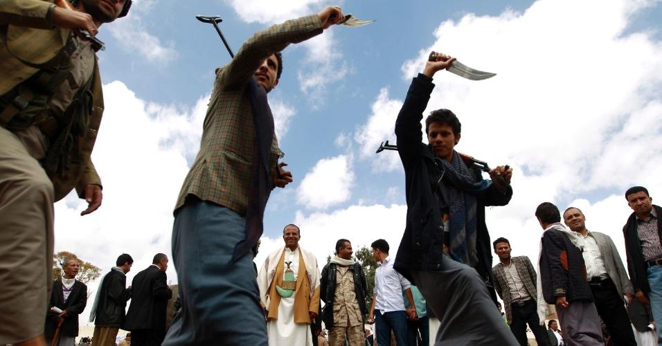 17.abr.2016 - Apoiadores dos militantes xiitas houthis fazem ato de solidariedade ao grupo, no quarto dia de cessar fogo, em Sanaa, no Iêmen