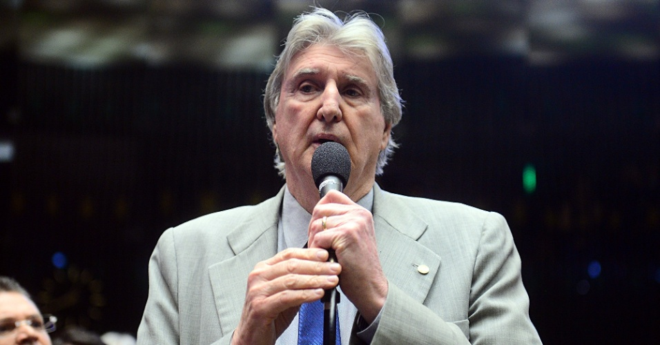 17.abr.2016 - O deputado e cantor Sérgio Reis (PRB-SP) votou a favor do impeachment da presidente Dilma Rousseff