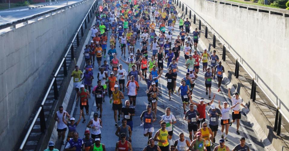 24.abr.2016 - Competidores correm próximo ao túnel Tribunal de Justiça, região do Ibirapuera, durante a Maratona Internacional de São Paulo no começo da manhã deste domingo