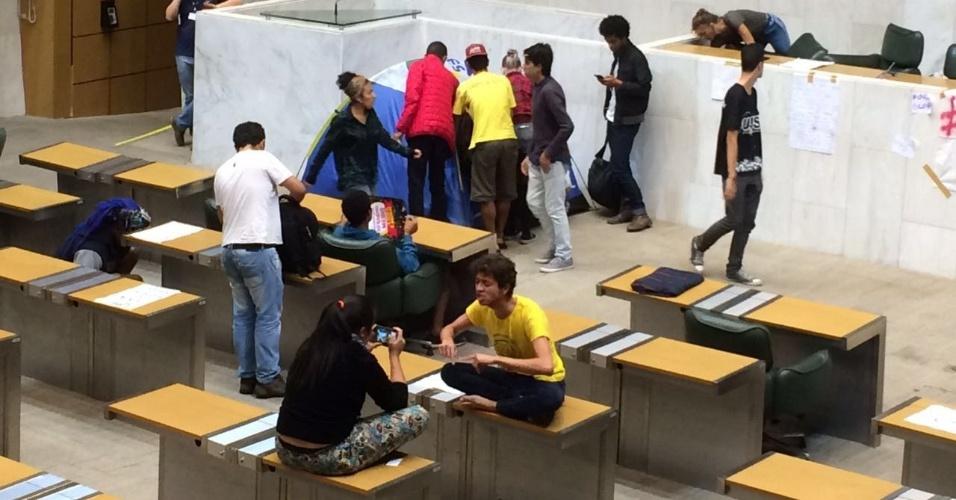 4.mai.2016 - Estudantes se organizam durante ocupação da Alesp, em São Paulo. Eles estão na Casa desde o final da tarde do dia 3 e reivindicam a instauração da CPI da merenda