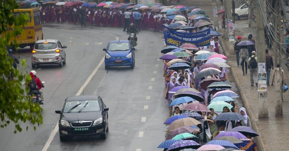 12.mai.2016 - Enfermeiras e estudantes de enfermagem participam de manifestação em Katmandu (Nepal) que celebra o Dia Internacional da Enfermagem