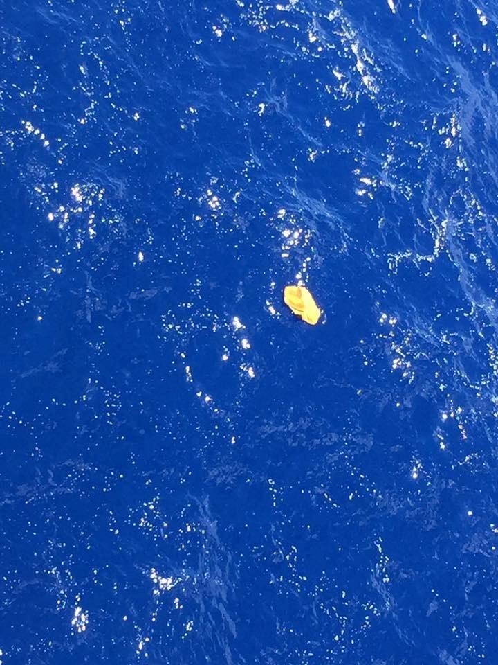 19.mai.2016 - O capitão Tarek Wahba, da companhia Maersk, publicou fotos no Facebook de objetos flutuantes encontrados no mar e que podem ser do avião da EgyptAir que está desaparecido