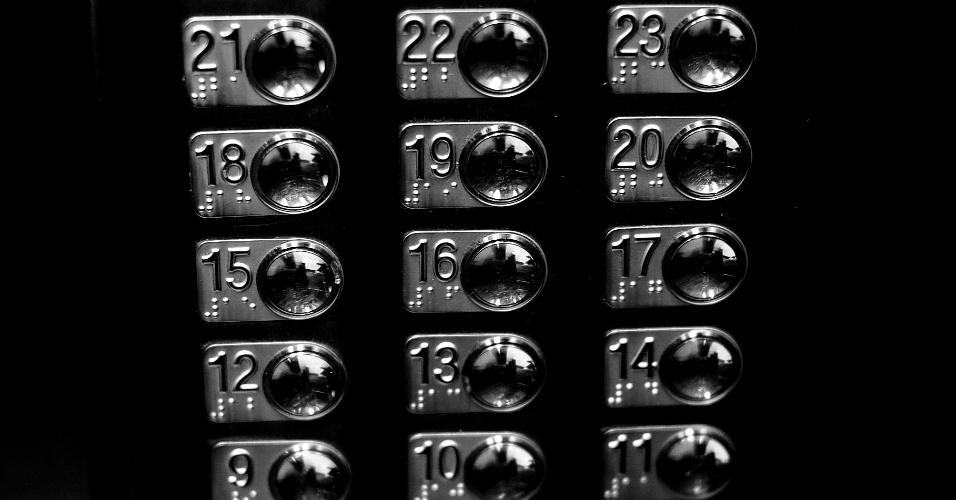 24.mai.2016 - Se locomover em um edifício com mais de 30 andares não é uma tarefa das mais fáceis, por isso o prédio possui 22 elevadores comuns e dois particulares. Na imagem, os elevadores que dão acesso da garagem aos apartamentos