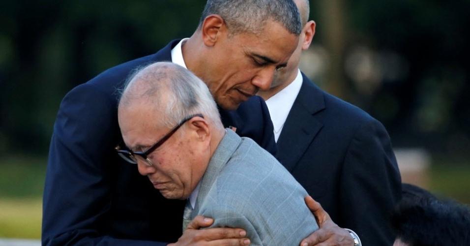 27.mai.2016 - O presidente dos Estados Unidos, Barack Obama, abraça Shigeaki Mori, um dos sobreviventes das bombas atômicas lançadas pelos EUA em Hiroshima e Nagazaki em 1945, durante visita ao memorial das vítimas em Hiroshima, Japão