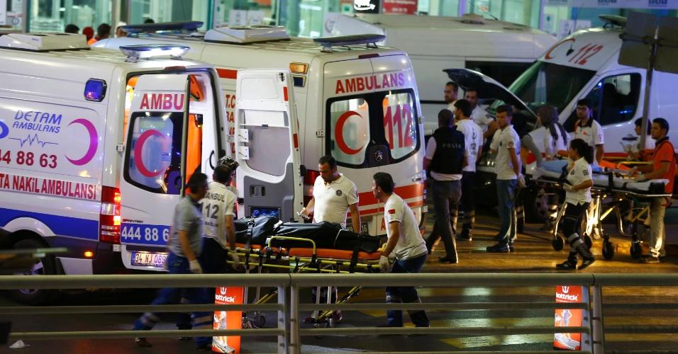 28.jun.2016 - Paramédicos trabalham no terminal do aeroporto de Ataturk, em Istambul, na Turquia, após homens se explodirem no local. Dezenas de pessoas morreram e mais de 60 ficaram feridas