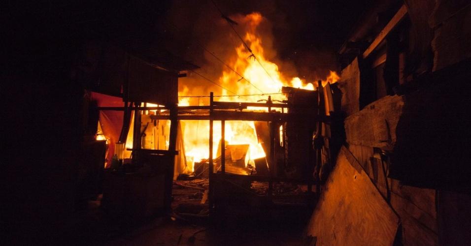 18.jul.2016 - Duas pessoas morreram durante um incêndio em uma favela na Vila Maria, na zona norte de São Paulo, durante a madrugada, segundo informações do Corpo de Bombeiros. O fogo destruiu mais de 30 barracos. Ao todo, 35 viaturas da corporação foram enviadas ao local para conter as chamas
