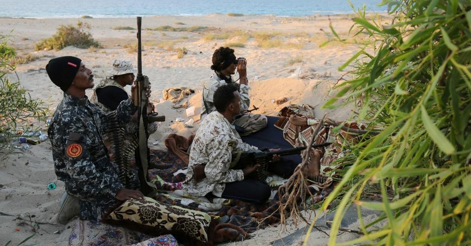 29.jul.2016 - A invasão na cidade de Sirte aconteceu em 2015, mas a guerra começou só em maio de 2016. A temperatura na Líbia passa dos 30ºC, e os militares recebem água e comida enquanto revidam os ataques do Estado Islâmico