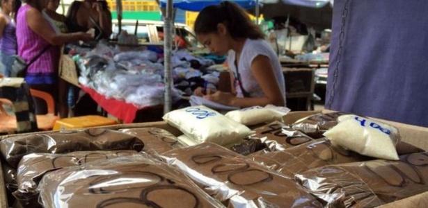Em um mercado de Caracas, na Venezuela, vendedores comercializam café em porções minúsculas