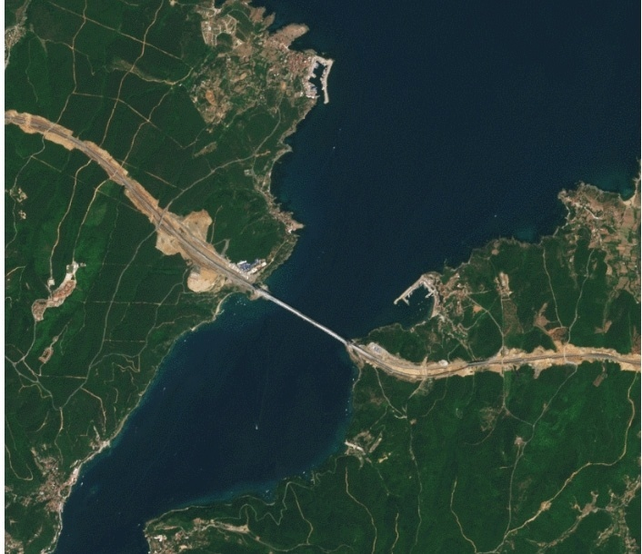 26.ago.2016 -O satélite europeu Sentinel-2a, que disponibiliza imagens em alta resolução da Terra  registrou a construção da ponte suspensa Yavuz Sultan Selim, em Istambul. A construção inaugurada nesta sexta-feira (26) é a maior ponte suspensa do mundo com circulação rodoviária e ferroviária. A torre mais alta tem cerca de 320 metros