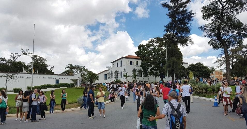 3.dez.2016 - Candidatos começam a chegar à PUC (Pontifícia Universidade Católica) de Minas Gerais, no bairro Coração Eucarístico, em Belo Horizonte. Quase 8.000 inscritos no Enem fazem prova no local