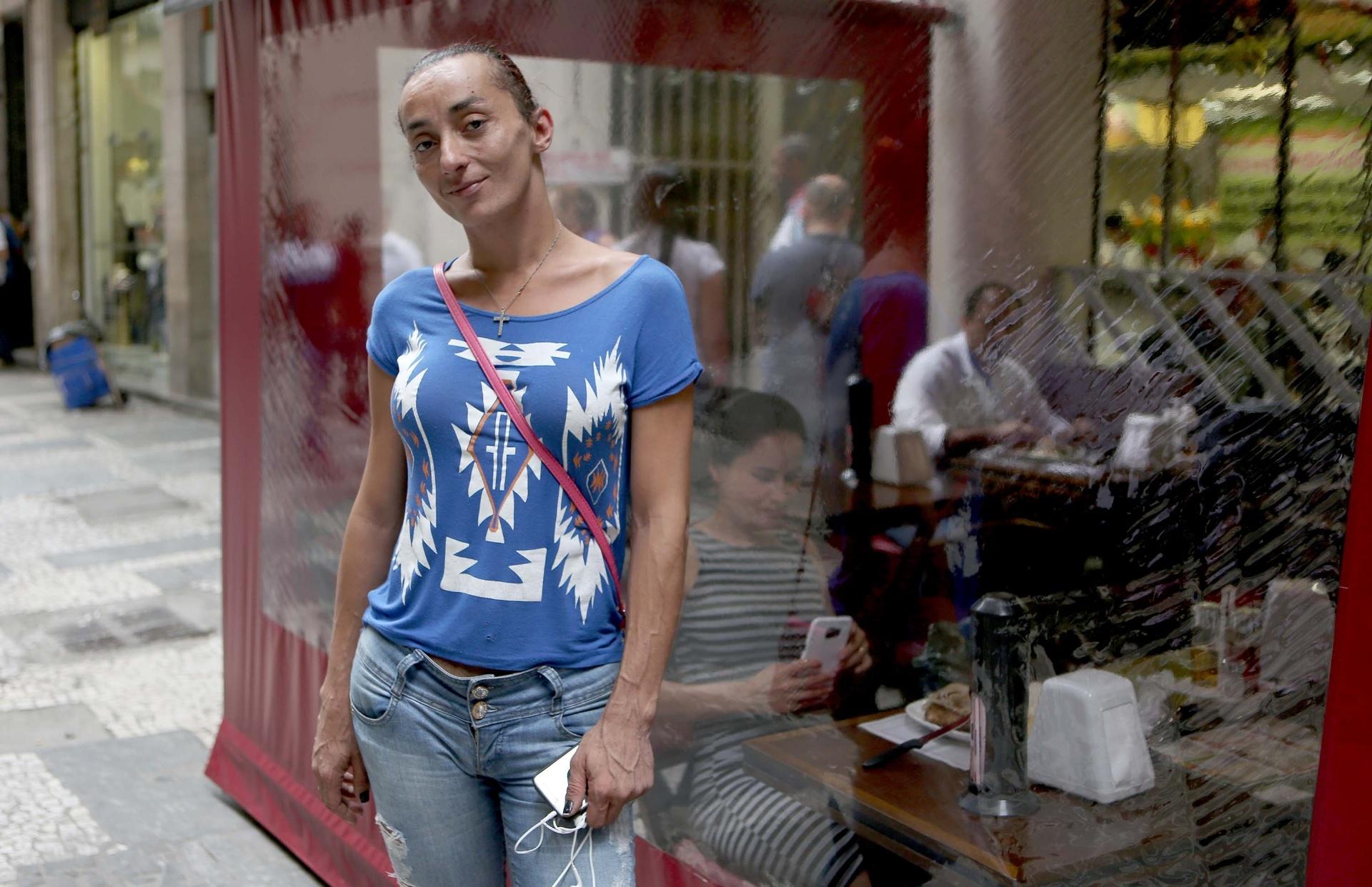 9.dez.2016 - A trans Adryelly Venturelly, 35, participou de ação judicial conjunta para retificar o nome no registro civil, na Defensoria Pública do Estado de São Paulo, na capital paulista. Ela já entregou os documentos